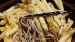 【衝撃グルメ】富士そばの「フライドポテト冷やしそば」を食べてみた
