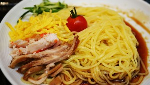 JR渋谷駅ホームで『ラ王』の冷やし中華が食べられる食堂が大盛況! 1杯263円で激安(笑)