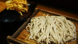 そばマニアも芸能人も絶賛する渋谷の立ち食い蕎麦屋『嵯峨谷』が絶品 / 天ぷらともりそば