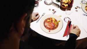 【革命】これから出てくる料理が皿に映し出されるレストラン凄い! 調理過程も照射