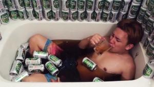 【衝撃】リア充グループが「缶ビール240本を風呂に注いで入る動画」を公開!
