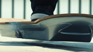 【衝撃動画】本当に空中に浮くホバーボードが実現! 水中も坂道も浮遊可能!
