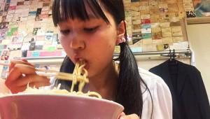 【衝撃】美人女子大生アイドルが初めてラーメン二郎を食べる! なんと「天地返し」を披露(笑)