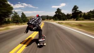 【危険】113キロのスピードで公道を走るスケートボードが凄い! ミスると死亡確実
