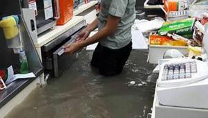 大雨でセブンイレブンが水没! それでも通常営業「こまけぇこたぁいいんだよ」的な柔軟さに衝撃