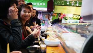 【台湾グルメ】高額だけど本格的な立ち食い寿司『阿吉師』が台湾っ子に大人気!