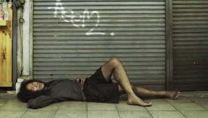 【感動】邪魔なホームレスが突然姿を消したと思ったら死んでた / しかも私の犠牲になって