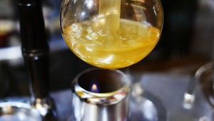 コーヒーのようにサイフォンで創る極みのラーメン / 本枯中華そば 魚雷