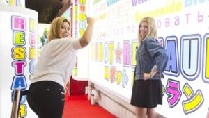 【衝撃】美人2名が外国人観光客向けSIMカード「OMOTENASIM」を歌舞伎町で使った結果(笑)