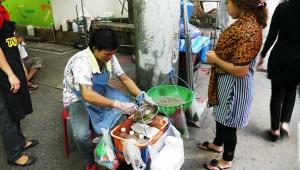 タイ人でもちょっと躊躇するタイ料理 / 生きたエビのサラダ「ヤムクンテン」