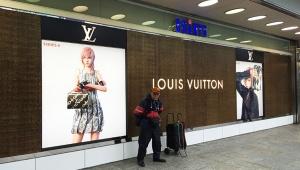 新宿駅前のルイヴィトン看板が話題 / FF13の美人キャラクター・ライトニングさんをイメージに起用