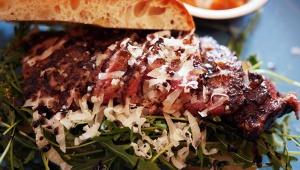 バターたっぷりサクサクのパンで食べる「アンガス牛のステーキサンド」が絶品 / トレエウーノ