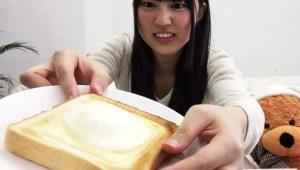 【美女グルメ】上京したらすぐ悪い男に騙されそうな女子大生アイドルが大絶賛「雪見だいふくトーストが激ウマ!」