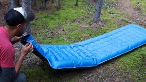 【非常事態時】ポンプなしで超高速に膨らむエアマット「Windcatcher AirPad 2+」が超スゴイ! すぐに寝られる座れる