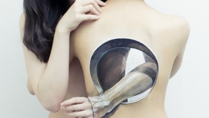 【美女革命】肉体に絵を描く女子! チョーヒカル個展 SUPER FLASH 開催中 / 男性「これ出ちゃってるよね? いいの?」