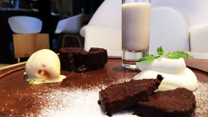 チョコレートが織り成す「カカオ」のグラデーション / ガトーショコラセットとチョコレートカクテル