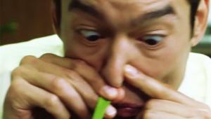 【過激】日本では放送中止レベル / 香港のインスタントラーメンCMがヤバイ! 麻薬のように粉末スープを鼻から吸い込む