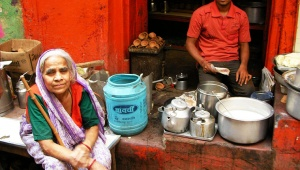 インドでは立ち食いヨーグルトは常識 / 立ち食いオカズや立ち飲みチャイも常識
