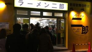 【衝撃】ラーメン二郎は1月1日から大繁盛! 数十人のジロリアンが大行列「俺好みのもの」