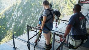 【世界の絶叫】ギネスブック掲載の最恐バンジージャンプを体験してきた / 巨大な橋から渓谷へ飛び降りる! 南アフリカ