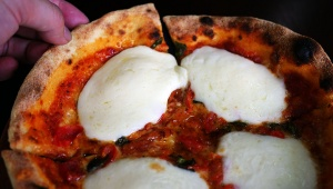 【絶品コンビニアレンジ】ローソンの本格的ナポリピッツァ「マルゲリータL」が絶品すぎる / モッツァレラチーズでさらに本格的に