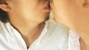 【衝撃】鏡の自分とキスをすると元気が出る事が判明! 出かける前にやってみたらマジだったからお前らもやってみろよ(笑)