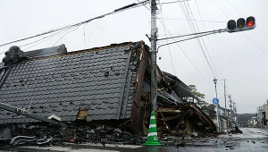 【振り返る東日本大震災】生放送中の大地震でキャストはスタジオから逃げるべきか残るべきか / 最後まで逃げなかった動画