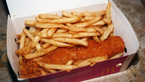 マクドナルドがフィッシュ&チップスの販売開始 / ポテトとフィッシュフライと天かす