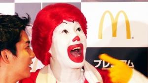 【衝撃】マクドナルドのドナルドが暴走! タレントが食べるはずのシナモンメルツを奪おうとする(笑)