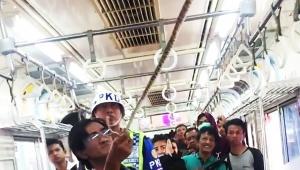 【緊急事態発生】電車内に出現したヘビを乗客が退治する動画がヤバイ / 素手でつかみ痛恨の一撃