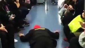 【衝撃動画】中国式の「満席電車で絶対に座席にすわる方法」に全世界が衝撃 / 視聴者「これは絶対に座れるわ」