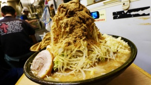 【驚異】デカ盛りすぎるラーメン二郎を完食する動画が凄い / 大食いユーチューバー・らすかる