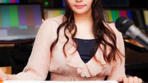 【衝撃】色っぽすぎる女子アナ・秋元優里の彼氏がすごい / 胸が大きすぎて腕に乗せてニュースを読む