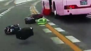 【緊急事態】日本の高速道路でバスから大量のバッグ投下 / 瞬間の動画がシュールだが怖すぎる