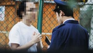 【鬼畜】コンビニ女子店員(16歳)の胸をうしろから揉んだあと揚げ物を全部買って逃走した男性(73歳)逮捕