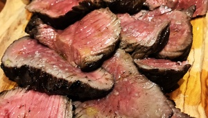 【絶品】ミシュランが認めたナポリピッツァの名店で幸せをかみしめながら肉を食べる / ラ トリプレッタ