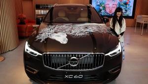 【芸術】凄すぎる! ボルボの高級車「XC60」にペンで絵を描いてみた → ファンタジーすぎる高級車に変身