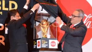 【感動】地球規模の『コカ・コーラ FIFA ワールドカップ トロフィーツアー』が開催! 全サッカーファン号泣の神イベント!