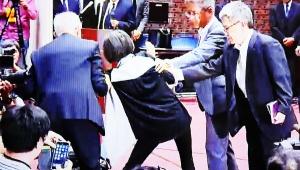 【緊急事態】日大アメフト傷害事件で年配女子が飛び入り大乱闘 / 記者会見で「そんなまどろっこしい事してる場合じゃないんだ!」