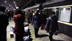 【現地取材】鉄道で北朝鮮に行ったら平壌駅がけっこう都会っぽかった件 / 高級車がズラリと駐車