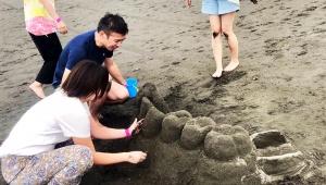 【衝撃】歯医者さんと助手がビーチで砂遊びした結果 / 妙にリアルな部分入れ歯を砂で作ってしまう