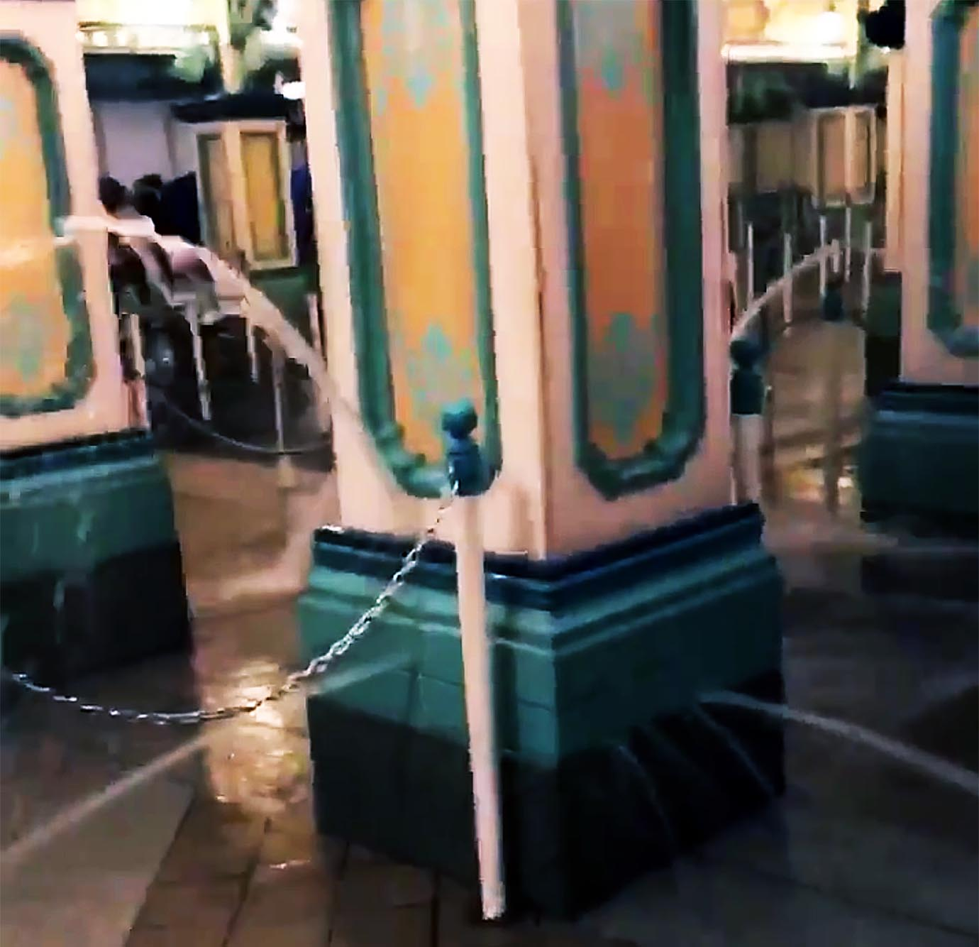 緊急事態】東京ディズニーランドが豪雨で崩壊 / 強烈な勢いで水が噴出