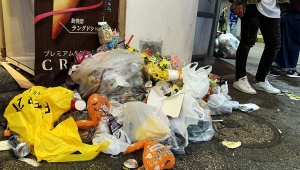 【最悪】ハロウィンで渋谷がゴミの街に / 歩けばゴミに当たり異臭が漂う! 住民ブチギレ激怒「渋谷で仮装してる人みんなバカに見える」