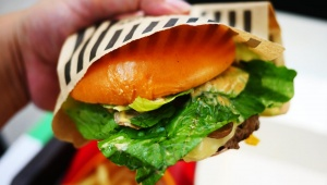 【香港グルメ】香港マクドナルドのハンバーガーが美味しい! チージーシャンピニョンアンガスバーガー