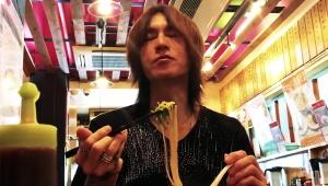 【話題】X JAPANのSUGIZOが天下一品のラーメンを食べるだけの動画が大人気 / SUGIZO式ラーメンを美味しく食べる方法を激白