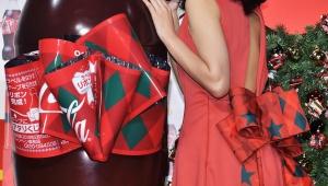 【話題】綾瀬はるかのドレス姿が美しすぎる件「コカ・コーラ」リボンボトルモチーフのドレス