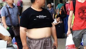 【衝撃】中国人男性特有のファッション「北京ビキニ」が大流行 / シャツから腹を出して涼しい生活