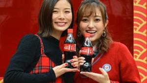 【緊急開催】渋谷に限定のコカ・コーラがもらえる「福ボトルの自動販売機」を設置! 菊地亜美と朝日奈央が試した結果