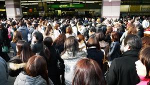 【東日本大震災】2011年3月11日地震直後の新宿のようす / 何をして良いかわからず途方に暮れる