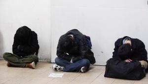 【東日本大震災】2011年3月11日夜の新宿駅のようす / 帰宅できず駅で寝る